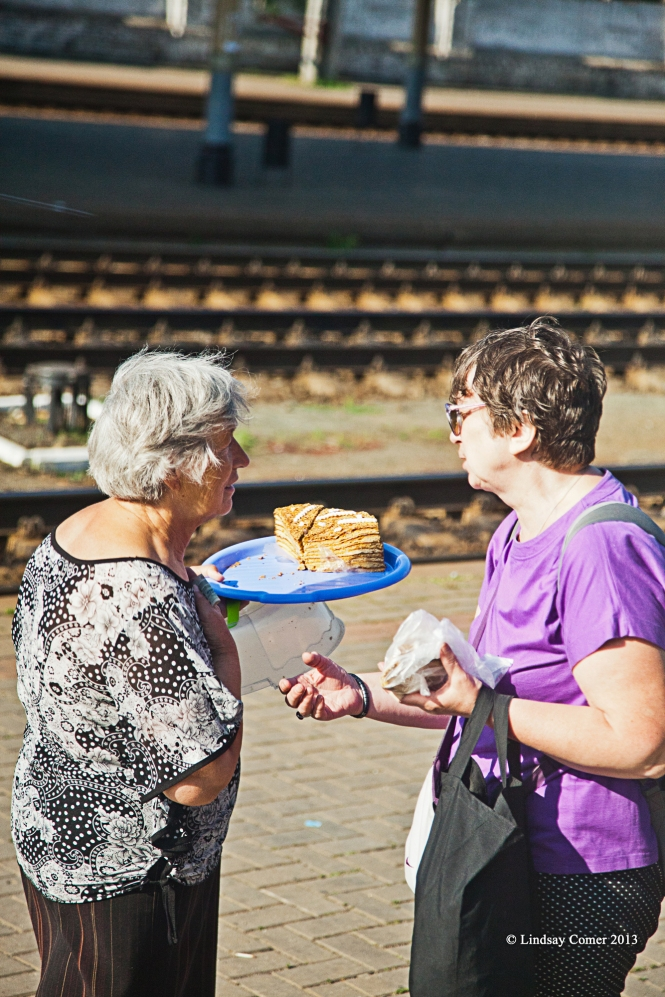 two female vendors talking on the platform (Bryansk or Suzemka)