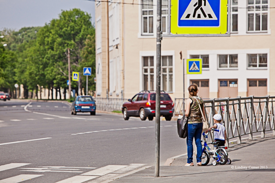 a woman with her son - approaching the center of town, Peterhof.